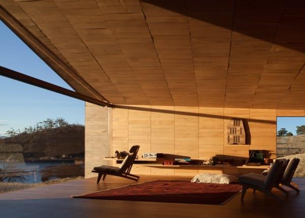 edle raumgestaltung mit Holzdecke und glasvitrine - fresHouse