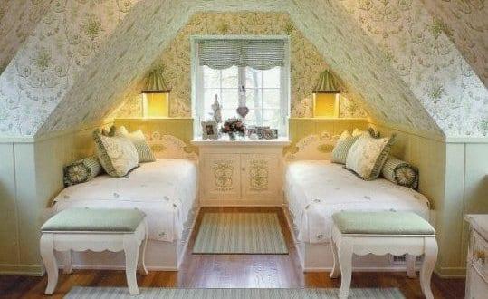 Gemütliches Schlafzimmer Dachschröge In Weiß Und Grün Mit Tapete Und  Holzboden