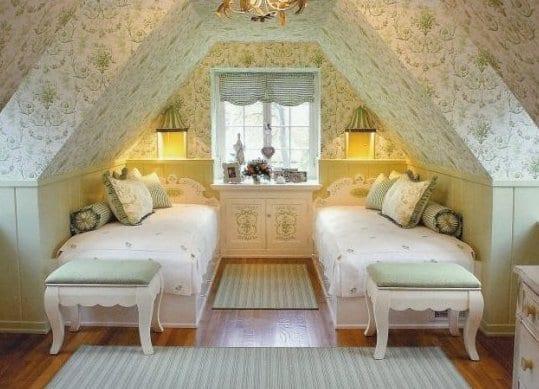 Gemutliches Schlafzimmer Dachschroge In Weiss Und Grun Mit Tapete Und
