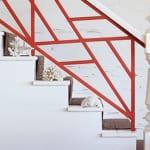 coole treppengeländer streichen idee in weiß und orange