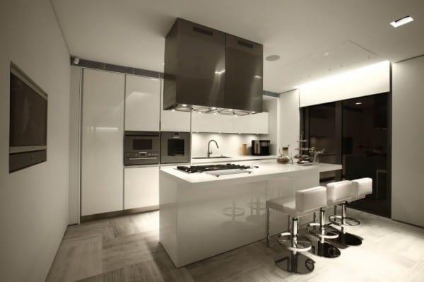 Interior Design Für Moderne Küche Weiß Mit Kochinsel Weiß Und Weiße  Barchocker Leder