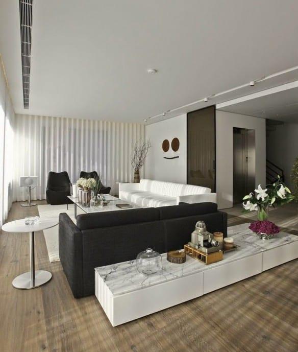 Interior Design Modernes Wohnzimmers Mit Polster Möbelstücken Und Sideboard Weiß  Dekorieren Mit Blumen