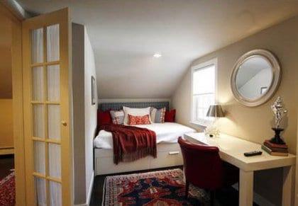 kleine schlafzimmer inspiration f r gem tliches schlafzimmer dachschr ge mit schreibtisch. Black Bedroom Furniture Sets. Home Design Ideas