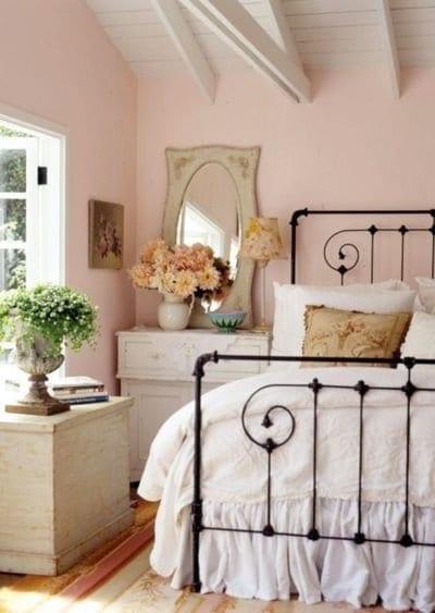 Kleines Schlafzimmer Mit Dachschräge In Weiß Und Hellrosa