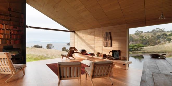 luxus wohnzimmer design mit wandregal aus holz und modernen ... - Wohnzimmer Design Holz
