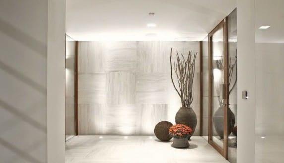 Superior Moderne Architektur Und Minimalistisches Interieur In Weiß Mit  Marmorbodenfliesen Und Indirekter Beleuchtung
