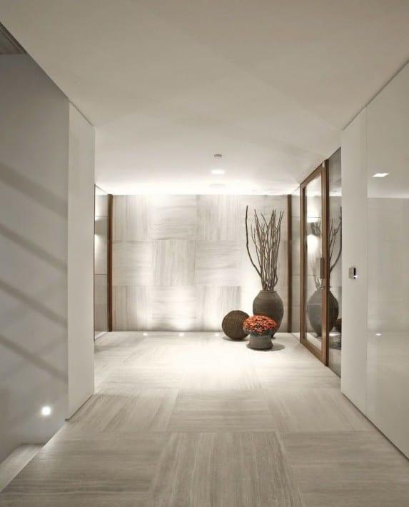 moderne architektur und minimalistisches interieur in wei mit marmorbodenfliesen und indirekter. Black Bedroom Furniture Sets. Home Design Ideas