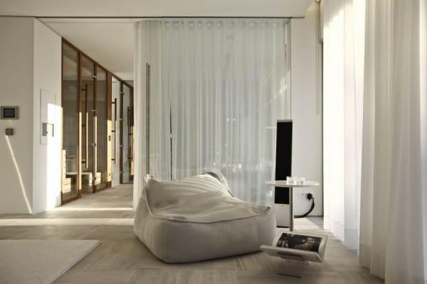 moderne einrichtung mit puffsessel wei und beisteltisch rund freshouse. Black Bedroom Furniture Sets. Home Design Ideas