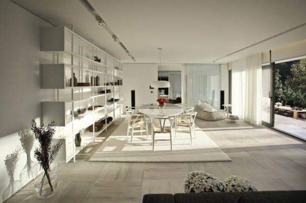 moderne wohnzimmer einrichtung mit marmorbodenfliesen grau und schiebet ren zum garten freshouse. Black Bedroom Furniture Sets. Home Design Ideas