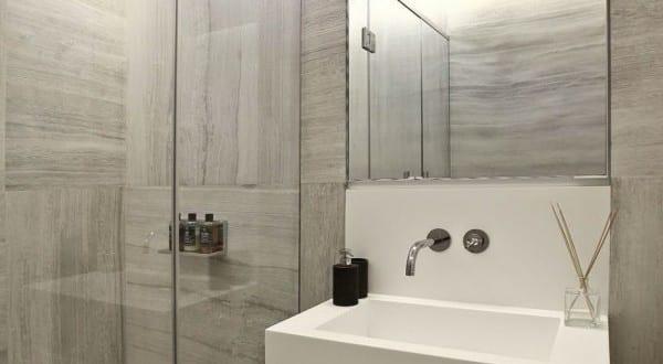 modernes badezimmer interior design mit waschtischschrank und badezimmer spiegel beleuchtung. Black Bedroom Furniture Sets. Home Design Ideas