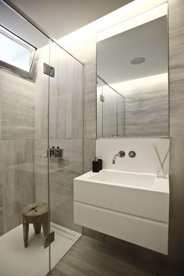 Modernes Badezimmer Interior Design Mit Waschtischschrank Und Badezimmer  Spiegel Beleuchtung