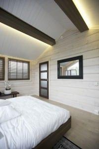 schlafzimmer dachschräge mit deckenbeleuchtung hinter deckenbalken versteckt
