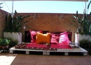 DIY Paletten-Liege weiß für Terrasseneinrichtung und Terrassengestaltung