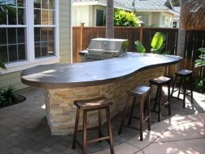 Terrassen Bar mit Betontheke von Envision Landscape Studio