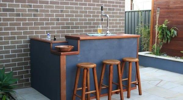 coole idee für terrassengestaltung mit DIY Bar aus holz