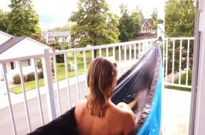 coole terrassengestaltung mit hängematte-badewanne