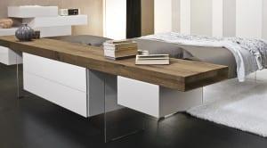 einrichtungsideen für minimalistische schlafzimmer_bett mit ablagefläche aus holz und  weißen schubladen
