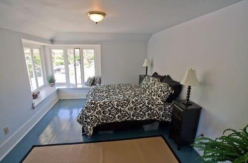 Fußboden Streichen ~ Holzboden blau idee für schlafzimmergestaltung und boden streichen