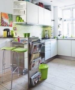kleine Küche weiß mit Bar und farbgestaltung in weiß und grün