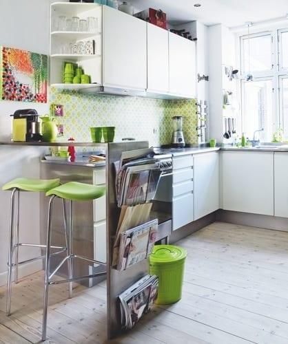kleine k che wei mit bar und farbgestaltung in wei und gr n freshouse. Black Bedroom Furniture Sets. Home Design Ideas