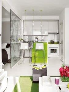 kleine küche mit bar in weiß und grün einrichten in