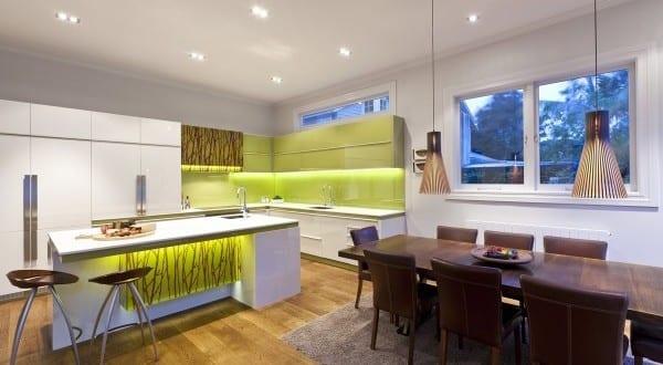 kreative und interessante Küche weiß mit kochinsel in weiß und grün vom Designer Mal Corboy
