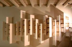 kreative wandgestaltung mit modernen Hochregalen-Bücherregalen