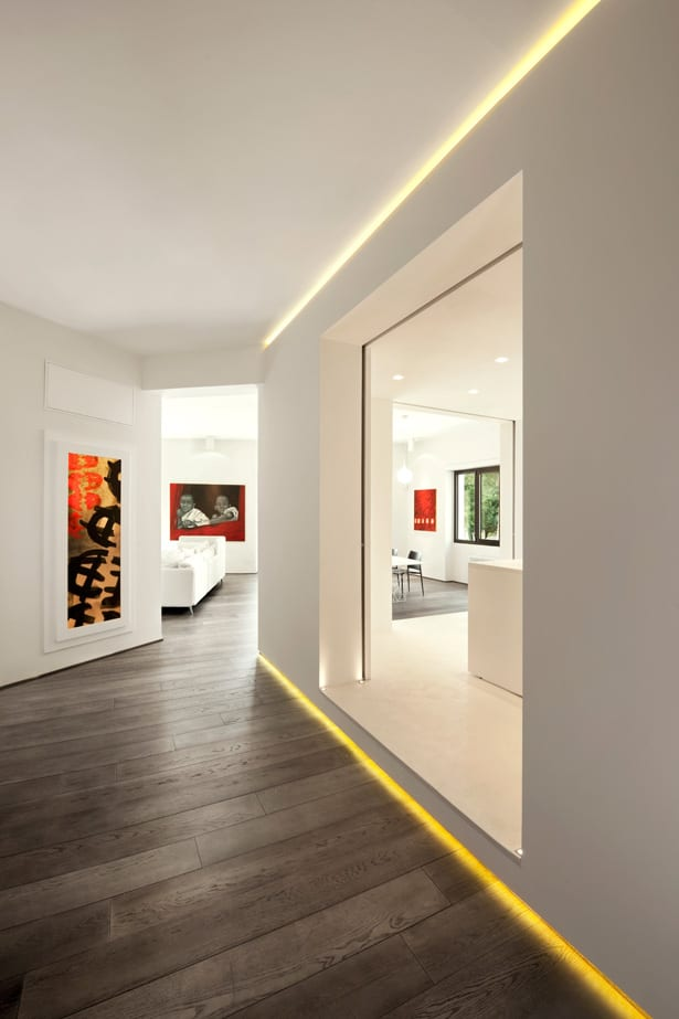 Minimalistisch Wohnen Einrichtungsidee Für Luxus Wohnung In Weiß Und  Indirekte Flurbeleuchtung