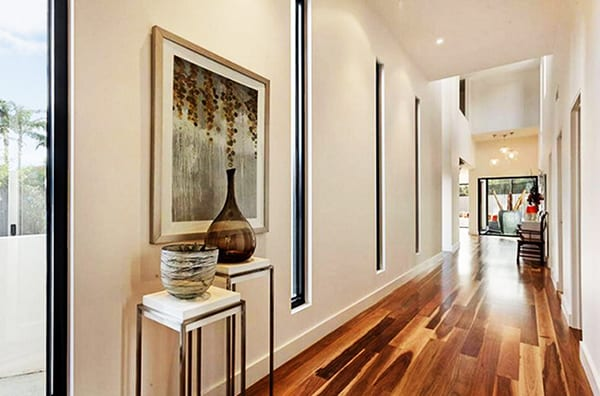 moderne flurgestaltung mit laminatboden und. Black Bedroom Furniture Sets. Home Design Ideas