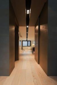 moderne-flurgestaltung-in-grau_Cervantes-house-von-ph5-Design