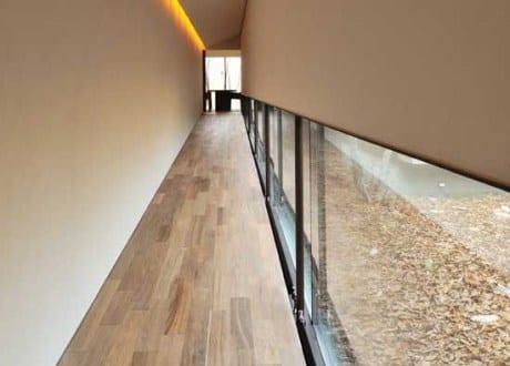 Moderne flurgestaltung mit rampe und indirekte deckenbeleuchtung in korinkyo house von nakayama - Moderne flurgestaltung ...