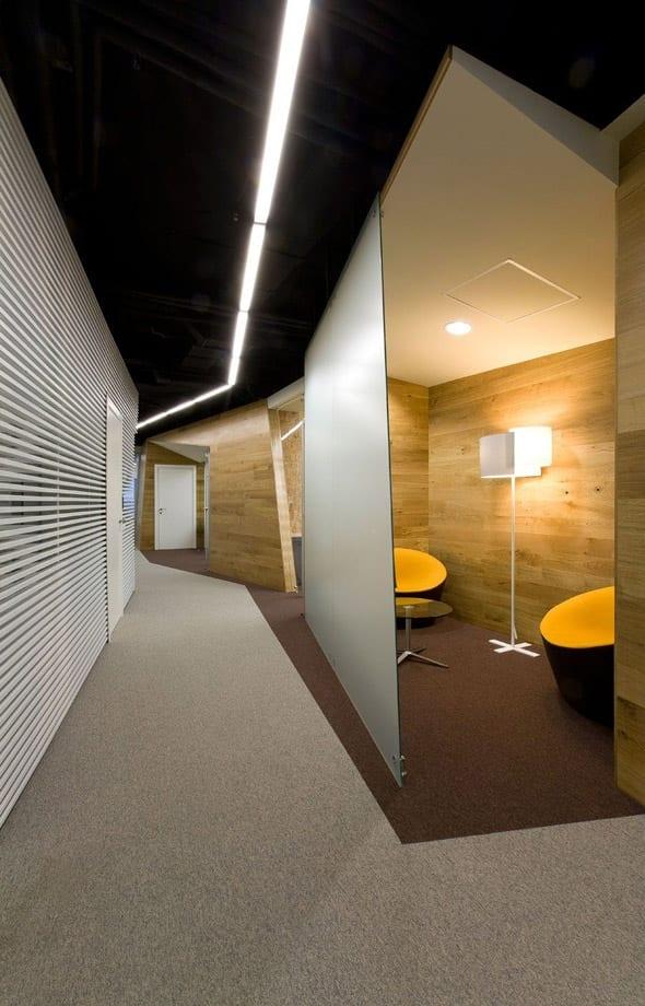 Moderne flurgestaltung mit wei en wandpaneelen und holzw nden in yandex yekaterinburg office von - Moderne flurgestaltung ...