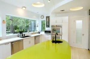moderne küche mit ergonomischer kochinsel grün als kreative küchenidee
