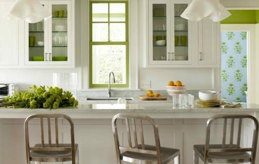 moderne küche weiß mit bar und barhocker aus metall