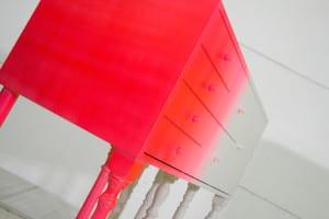 modernes schrankmöbel und sideboard weiß und magenta