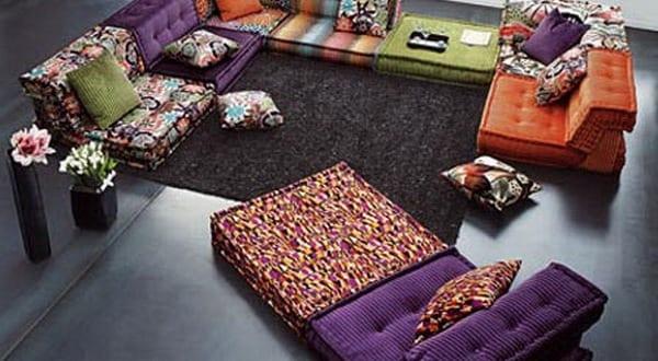 modernes wohnzimmer interior mit bodenkissen von Roche Bobois
