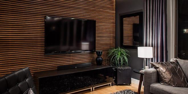 modernes wohnzimmer schwarz mit tv wanpaneel holz und schwarze m belst cke freshouse. Black Bedroom Furniture Sets. Home Design Ideas