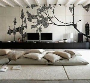 orientalische-raumgestaltung mit bodenkissen und teppich in weiß