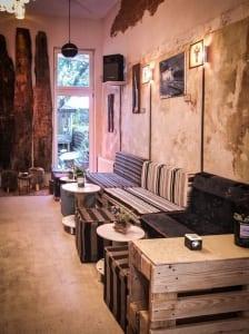 rustikales interieur mit paletten und DIY couchtische rund