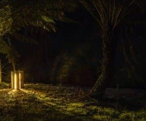 schöne gartenidee und kreative gartenbeleuchtung mit beleuchteten baumstümpfen