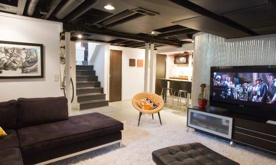 schöne wohnidee wohnzimmer mit weißem teppich und decke und sofa in schwarz