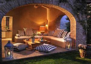 terrasse einrichtung mit bodenkissen_Castello Di Reschio