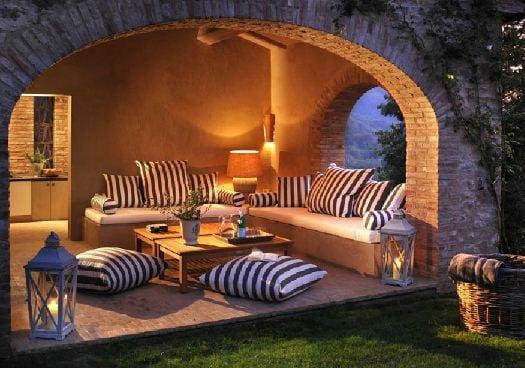 terrasse einrichtung mit bodenkissen castello di reschio freshouse. Black Bedroom Furniture Sets. Home Design Ideas