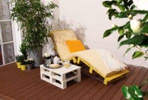 terrasse modern einrichten mit DIY Liege aus Paletten in gelb