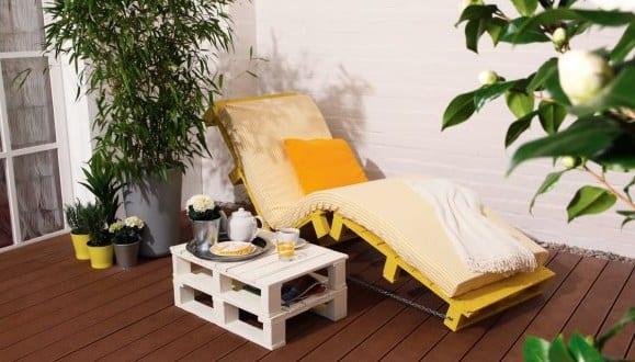 Terrasse Modern Einrichten Mit Diy Liege Aus Paletten In Gelb.