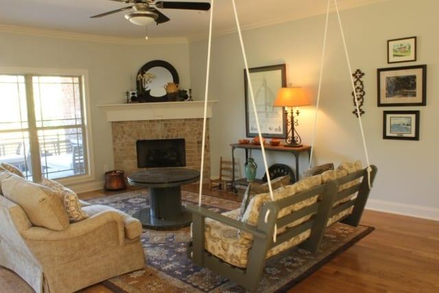 wohnzimmer einrichten mit diy couchtisch holz aus kabelrolle und holzschaukel freshouse. Black Bedroom Furniture Sets. Home Design Ideas