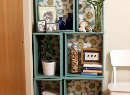 DIY wandregal aus holzkasten in blau