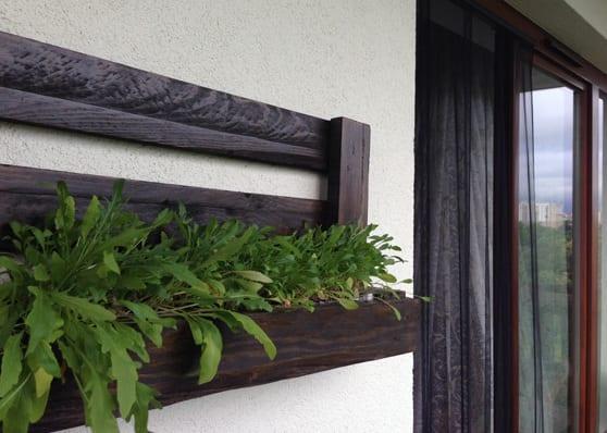Wanddeko idee f r die terrasse mit diy wandregal und pflanzenhalter aus paletten freshouse - Balkon wanddeko ...
