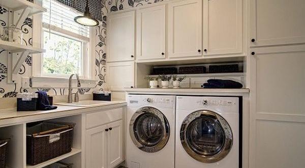 Waschküche modern gestalten mit weißen schränken und tapete