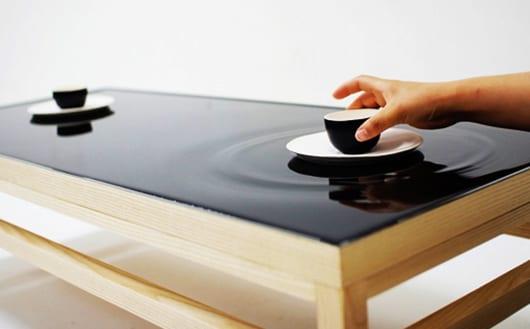 außergewöhnlicher-teetisch-aus-Holz-mit-Wasser-Tischplatte-schwarz